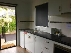 A kitchen or kitchenette at Club Byron Accommodation