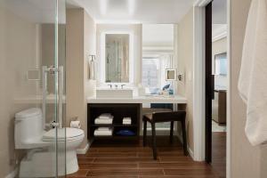A bathroom at Hotel Nikko San Francisco