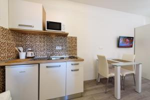 A kitchen or kitchenette at Apartments Robi