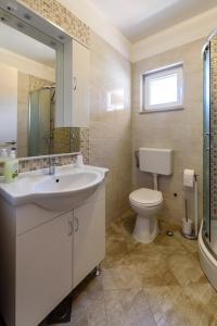 A bathroom at Apartments Robi