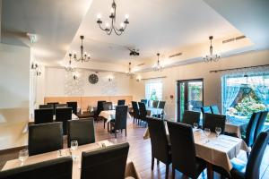 A restaurant or other place to eat at Hotel La Riva