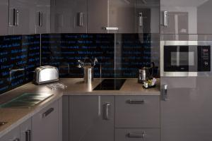 A kitchen or kitchenette at Roomzzz Nottingham City