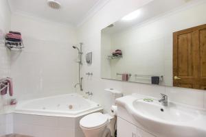 A bathroom at Coranda Lodge