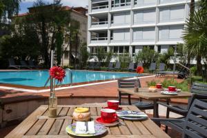 The swimming pool at or near Aparthotel Al Lago
