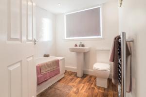 A bathroom at Riverside View Apartment