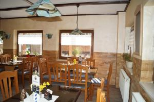 Ein Restaurant oder anderes Speiselokal in der Unterkunft Gasthaus am Waldbad