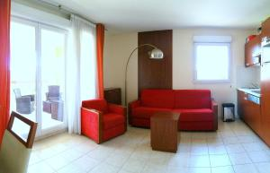 A seating area at Lake View Apartment Mandelieu