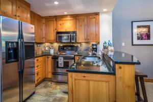 A kitchen or kitchenette at First Tracks Lodge