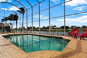 Der Swimmingpool an oder in der Nähe von Villa Rosegarden