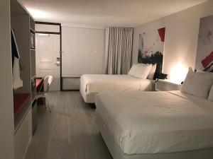 Cama ou camas em um quarto em GreenPoint Hotel Kissimmee