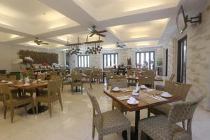 A restaurant or other place to eat at Grand Whiz Hotel Nusa Dua Bali