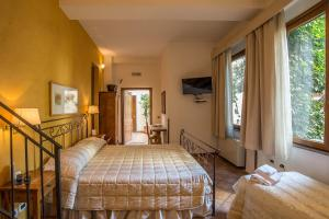 A bed or beds in a room at Relais Le Clarisse