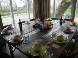 A restaurant or other place to eat at Cozy Holiday Home in Nieuwkoop near Lake