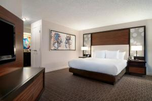 A bed or beds in a room at Hilton Atlanta Airport