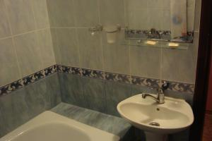 A bathroom at Garchev han