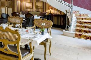 A restaurant or other place to eat at Hôtel du Romancier