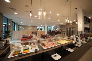 Ein Restaurant oder anderes Speiselokal in der Unterkunft Diamond City Hotel Tulln