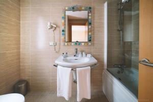 A bathroom at Hotel Castillo de Javier
