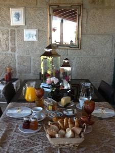 Breakfast options available to guests at Casa do Adro de Parada