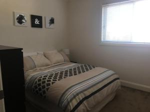 A bed or beds in a room at Travers Street Apartment