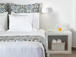 A bed or beds in a room at Lithos Luxury Rooms (Adults Only)