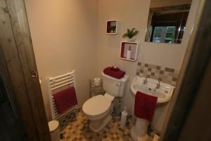 A bathroom at Lime Tree Cottage Bed & Breakfast