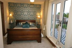 A bed or beds in a room at Lime Tree Cottage Bed & Breakfast