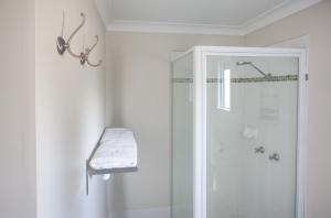 A bathroom at High Street Motor Inn