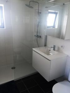 Salle de bains dans l'établissement Vissershuisjes Wenduine