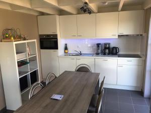 Een keuken of kitchenette bij Vissershuisjes Wenduine