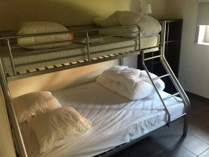 A bunk bed or bunk beds in a room at Vissershuisjes Wenduine
