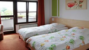 Ein Bett oder Betten in einem Zimmer der Unterkunft Hofmark Brauereigasthof