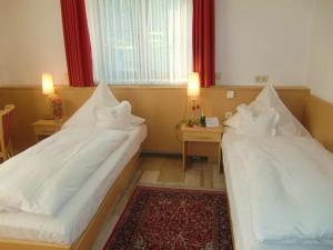 Ein Bett oder Betten in einem Zimmer der Unterkunft Gasthof Hotel Zum Hirsch***S
