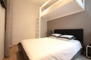 A bed or beds in a room at Cosy-Cocoon