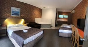 A bed or beds in a room at Eltham Motor Inn