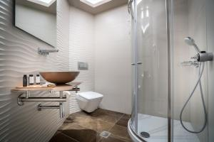 A bathroom at Balcony Hotel