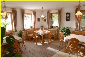 A restaurant or other place to eat at Gästehaus Sonneck