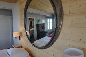 A bathroom at Le Coucou Hotel & Restaurant-Bar