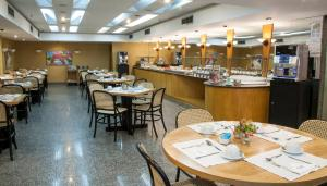 A restaurant or other place to eat at Copacabana Mar Hotel