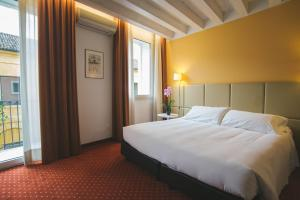A bed or beds in a room at Relais Santa Corona