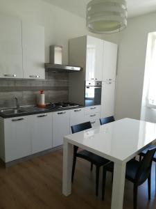 A kitchen or kitchenette at Seaside Holidays - Palomba