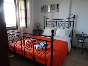 Un pat sau paturi într-o cameră la Apartments Karpetis a green paradise