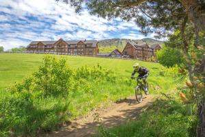 Biking at or in the surroundings of Burke Mountain Hotel and Conference Center
