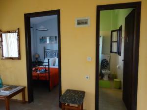 Un televizor și/sau centru de divertisment la Apartments Karpetis a green paradise