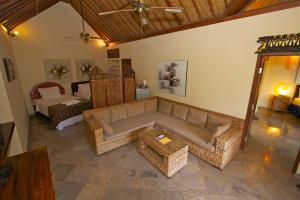 A seating area at Bayshore Villa
