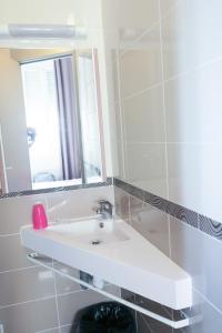 Salle de bains dans l'établissement Hôtel de l'Ariana
