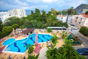 O vedere a piscinei de la sau din apropiere de Paradise Lost Hotel-Apartments