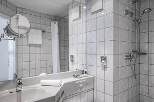 A bathroom at Mercure Frankfurt City Messe