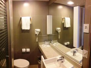 A bathroom at Novotel Manaus