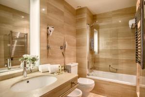 A bathroom at Exe León